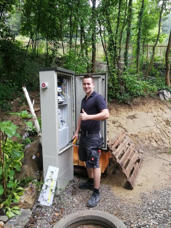 Foto von Thomas L. vor einem Stromkasten